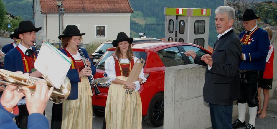 Symbolischer Akt nach der Wahl: Der frischgekürte Bürgermeister von Stanz, Ferdl Beer, durfte die Musikkapelle dirigieren.