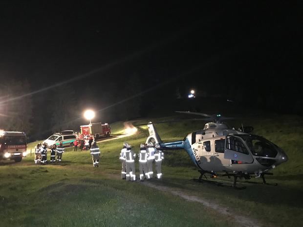Einsatzkräfte während der nächtlichen Bergungsaktion.
