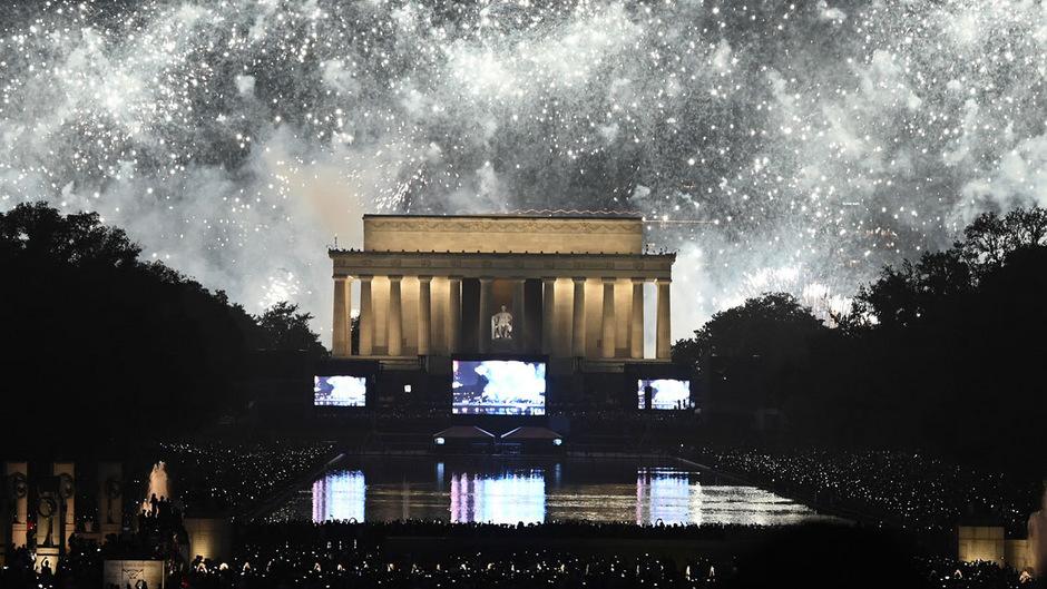 Ein gewaltiges Feuerwerk erleuchtete den Himmel über dem Lincoln Memorial.