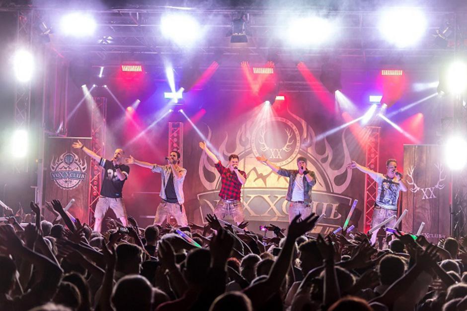 """""""Ab geht die Party und die Party geht ab!"""" ist das Motto von Voxxclub beim heutigen """"Burning Lederhose""""-Festival in Kirchberg."""