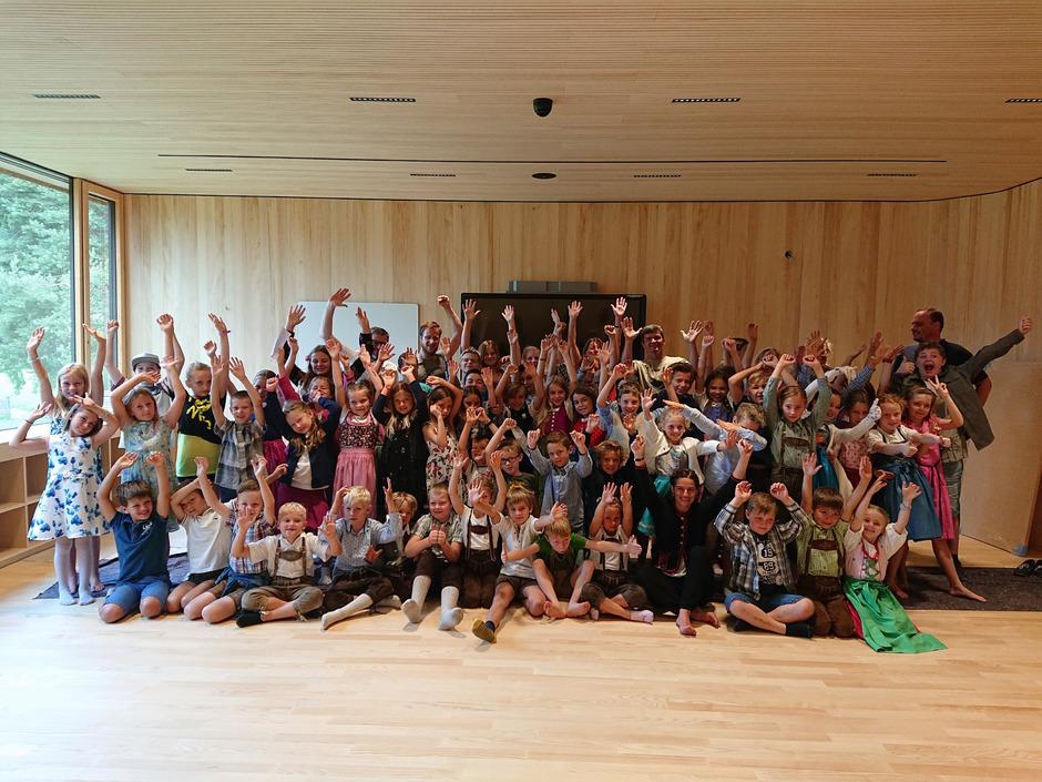 Die Kinder und Lehrer freuen sich auf die neue Volksschule.