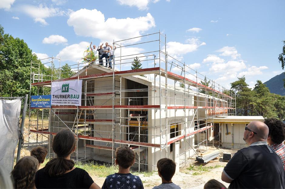 Freude über baulichen Zuwachs im Kinderdorf: Auch den Eltern wird in den Neubauten ein Platz eingeräumt.