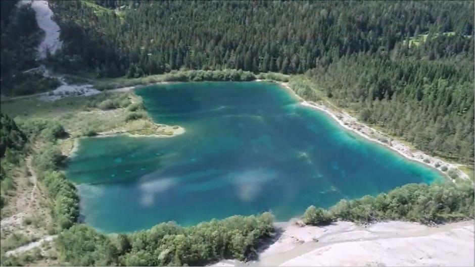 Längs des Baggersees in Forchach (er liegt Höhe Weißenbach) werden künstliche Schutzdämme rückgebaut. Der See wird verschwinden