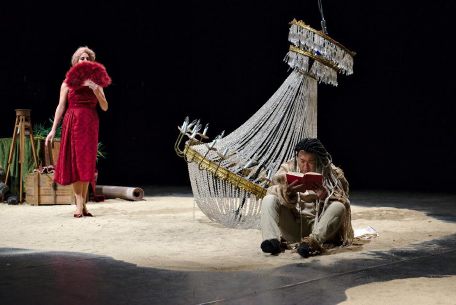 Im Sand der Insel treffen die Härte Prosperos und die Naturgebundenheit Calibans aufeinander.