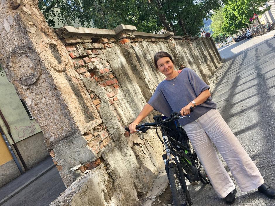 StR. Uschi Schwarzl vor der Mauer, die bald abgerissen wird. Für Radfahrer kommt hier dann eine schnelle Verbindung in die Stadt.