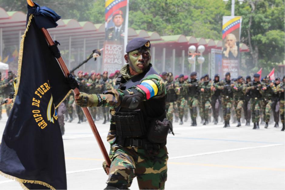 In einem Foto, das die venezolanische Präsidentschaftskanzlei veröffentlichte, sind die Streitkräfte beim Aufmarsch vor Präsident Nicolás Maduro zu sehen.