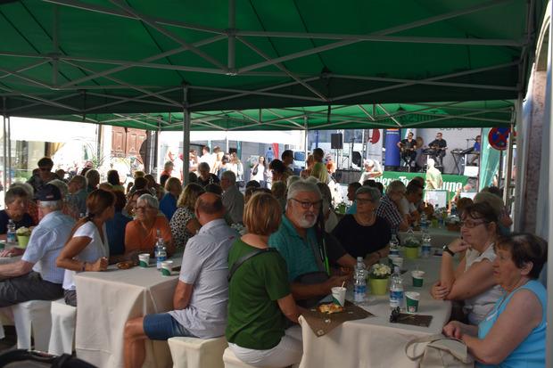 Hunderte Besucher ließen sich das Gratis-Frühstück schmecken.