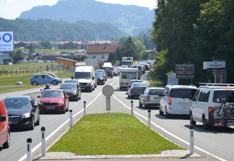 In Niederndorf standen die Pkw in beide Fahrtrichtungen.