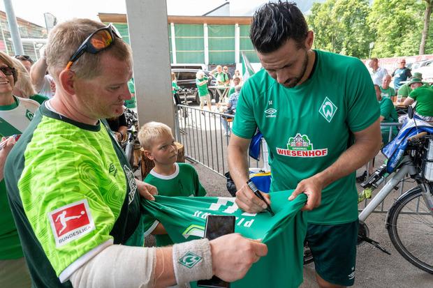 Autogramme von Claudio Pizarro sind bei den Bremen-Fans natürlich auch im Zillertal gefragt.