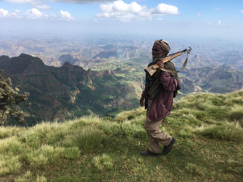 Ranger begleiten Touristengruppen in den Simien Mountains, wo Trekkingtouren boomen.