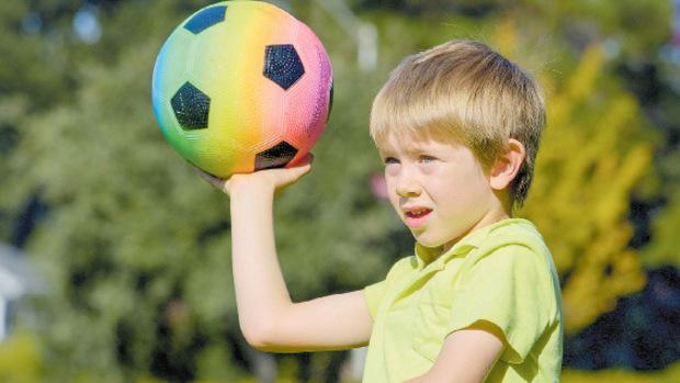 Zielgenaues Ballschießen wird trainiert.