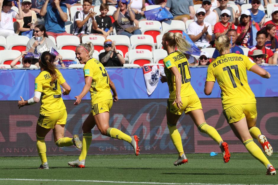 Kosovare Asllani feiert mit ihren Teamkolleginnen den Sieg.