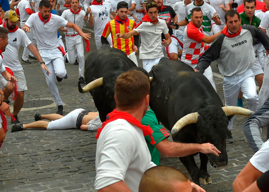 Ein Verletzter liegt bei der Stierhatz in Pamplona auf dem Boden.