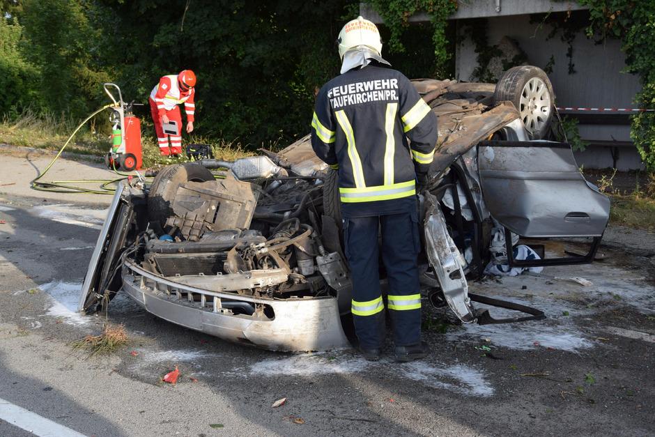 Der 21-Jährige, der hinten links im Wagen mitfuhr, starb noch an der Unfallstelle.