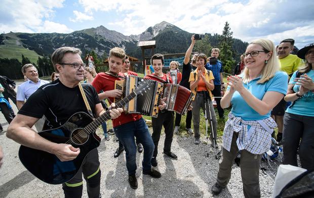 LH Günther Platter spielt in der Tiroler VP unangefochten die erste Gitarre.