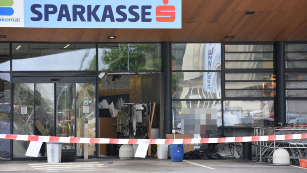 In der Nacht auf Montag sprengten Unbekannte den Bankomat in Hopfgarten.