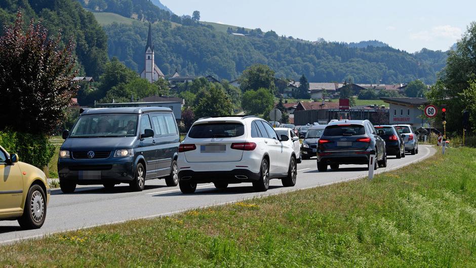 Niederndorf am Samstag: In beide Fahrtrichtungen staut es sich. Grenzkontrollen und Dosierampeln lassen grüßen.