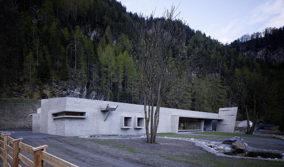 """Als skulpturales, ganz aus Sichtbeton gebautes Objekt hat Hanno Schlögl das Naturparkhaus Längenfeld angelegt. Mit einer feinen """"Haut"""", die die hölzerne Schalung im Beton hinterlassen hat."""