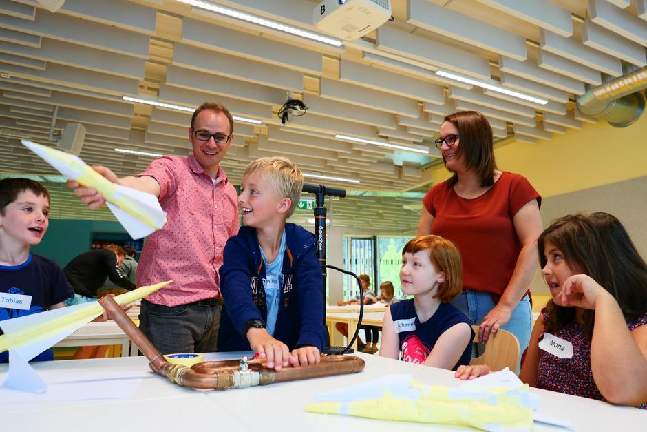 Campus-Technik-Lienz-Leiter Fadi Dohnal und Julia Außersteiner haben die Kinder-Sommer-Uni Osttirol mit einem Raketenbaukurs eröffnet.