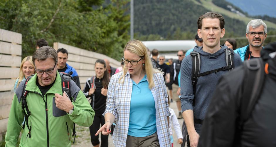 Margarete Schramböck  hier beim Wandern am Sonntag mit LH Günther Platter und ÖVP-Chef Sebastian Kurz - führt die Tiroler ÖVP bei der Nationalratswahl an.
