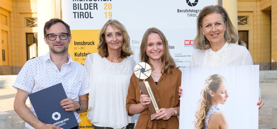 """Landesinnungsmeisterin Irene Ascher gratulierte René Paulweber und Laura Frey, die mit """"Ballfrisur"""" punktete. Das Bild gefiel auch LR Patrizia Zoller-Frischauf (r., v.l.)."""