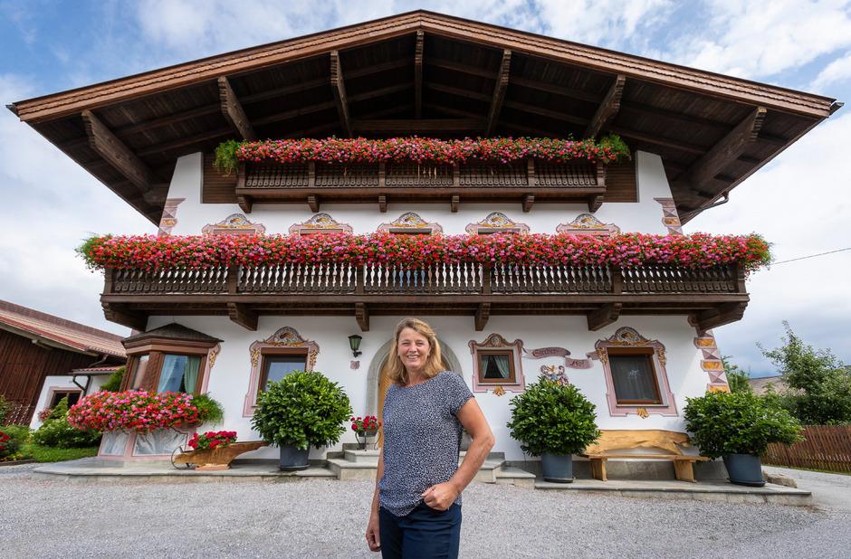 Blumen über Blumen: Dank Ingrid Mayr erstrahlt der Stecherhof in Amras.