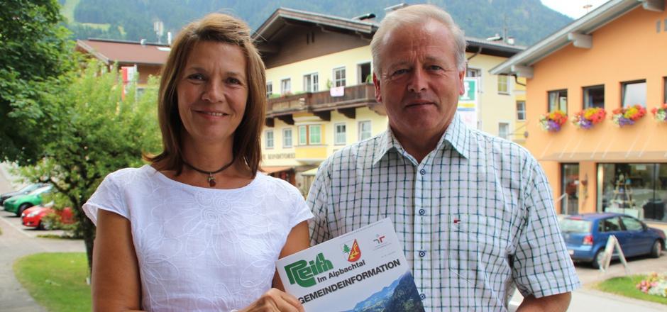 Hannelore Brunner und der Reither Bürgermeister Johann Thaler freuen sich über das neue Angebot in der Gemeinde Reith.