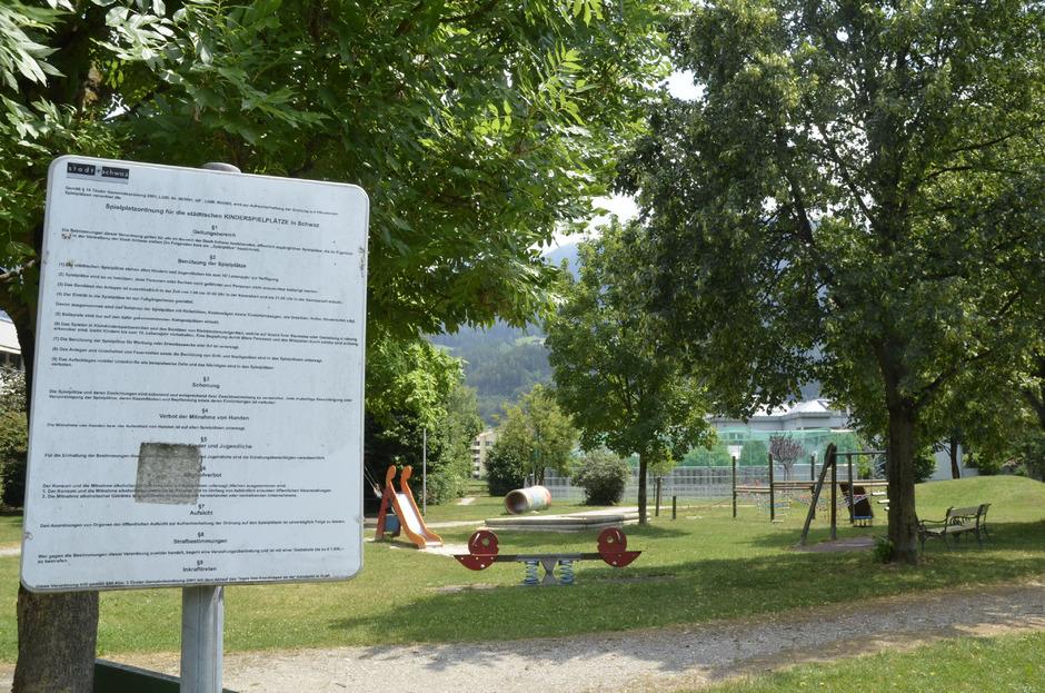 Der Spielplatz am Spötlweg. Laut städtischer Verordnung ist die Benutzung im Sommer bis 21 Uhr erlaubt.