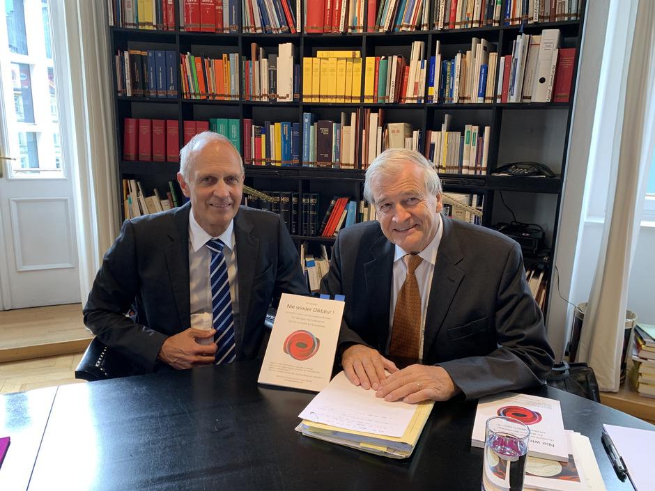 """Gemeinsam mit Markus Heis (links), dem Präsidenten der Tiroler Rachtsanwaltskammer, hat Ivo Greiter gestern seine Publikation """"Nie wieder Diktatur!"""" vorgestellt."""