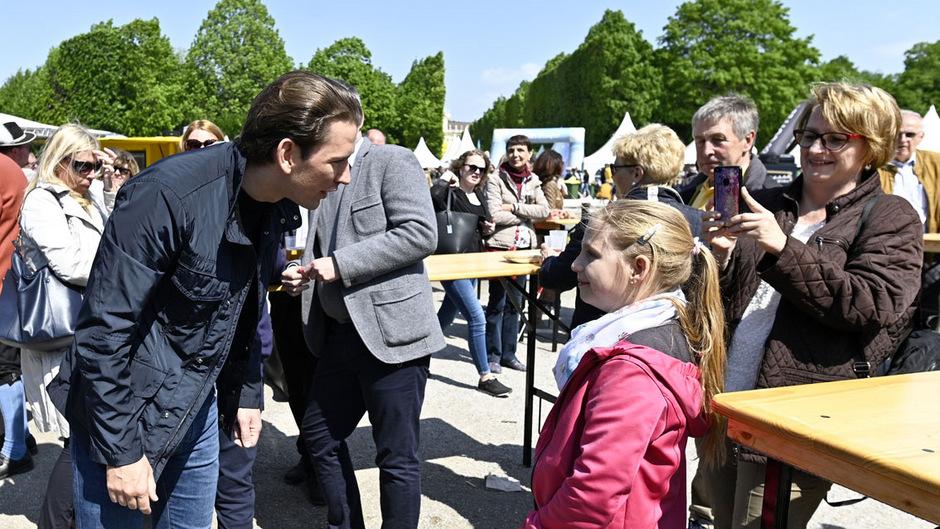 """Sebastian Kurz noch in seiner Funktion als Kanzler bei dem Fest """"Familienzeit. Gartenzeit"""" am 1. Mai."""