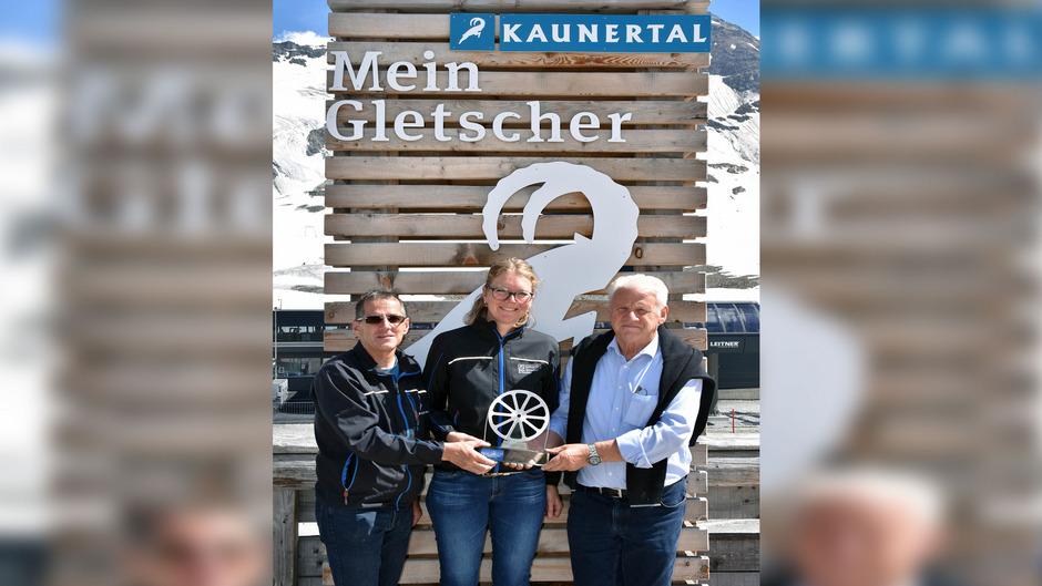 Seilbahnpionier Eugen Larcher (r.) überreichte symbolisch eine Seilscheibe an Franz Wackernell und Beate Rubatscher-Larcher.