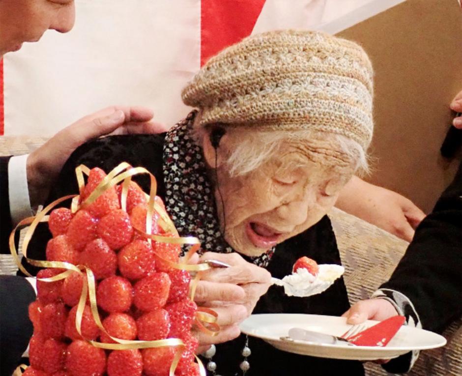 Kane Tanaka wurde am 2. Januar 1903 als siebtes Kind geboren, insgesamt waren es acht Geschwister. Sie ist der derzeit älteste Mensch der Welt.