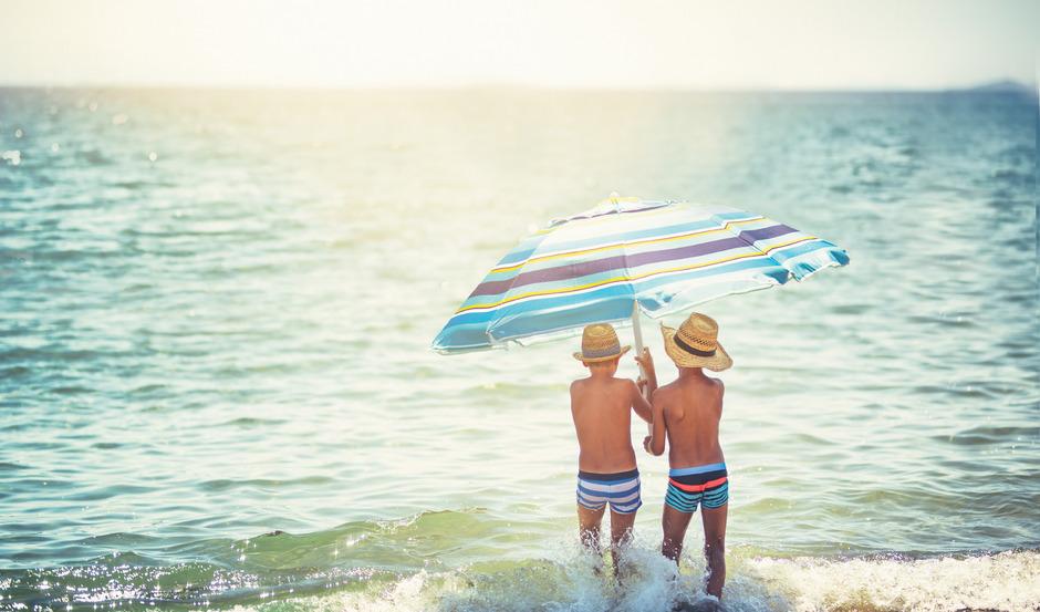 Der Griff zum Sonnenschutz aus der Flasche ist für viele Sonnenhungrige mittlerweile ebenso selbstverständlich wie die Sonnenbrille auf der Nase.