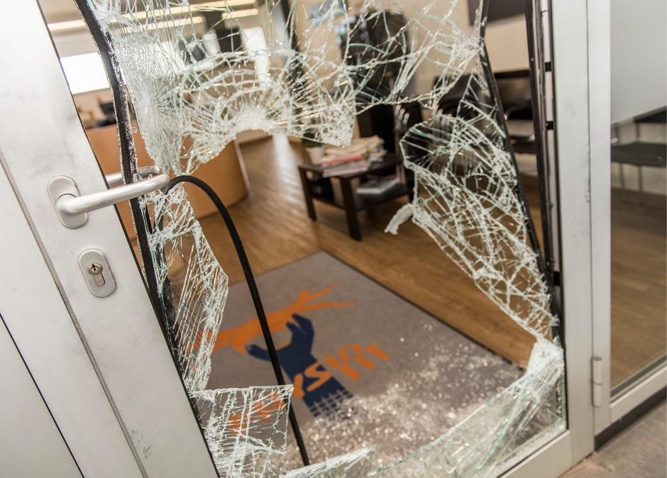 Mit einem Briefbeschwerer schlugen die Einbrecher Dienstagnacht mehrere Glastüren im Haus des Sports ein.