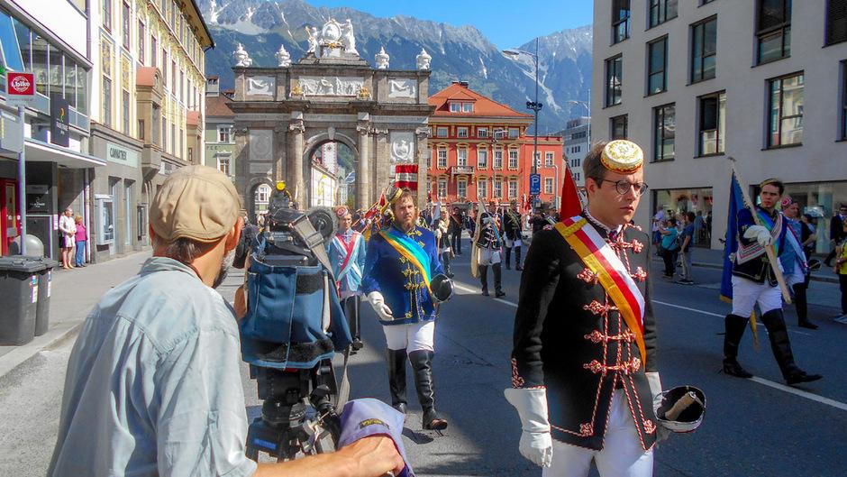 Kameramann Bernd Wacht bei Dreharbeiten der Innsbrucker CV-Abordnung anlässlich des Fronleichnamszuges 2018.