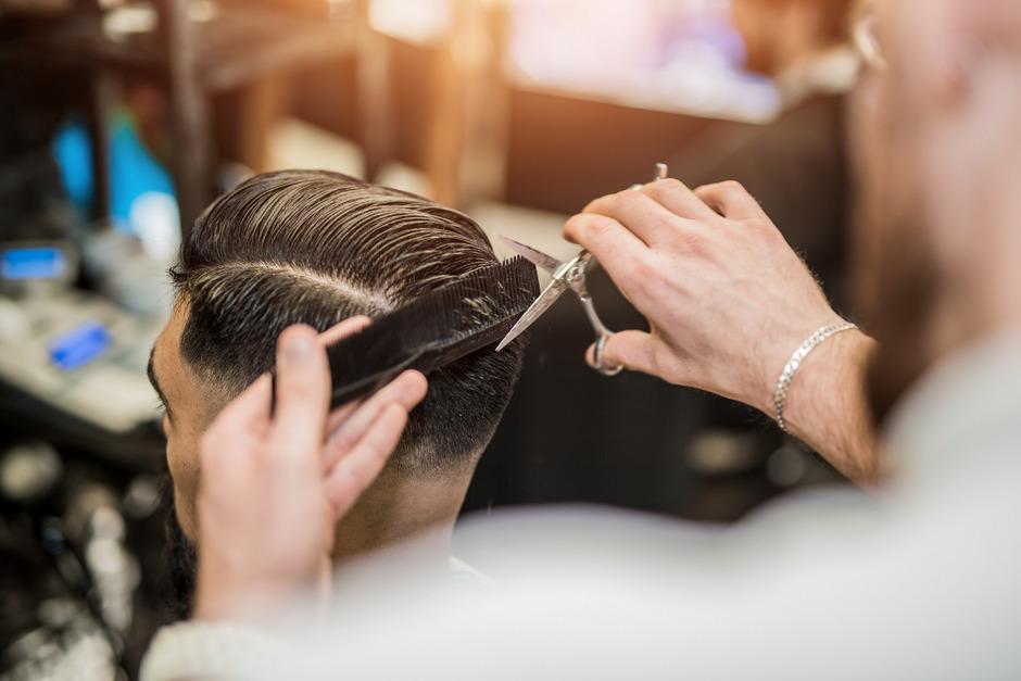 Die Friseur-Innung will Lohn- und Sozialdumping in Billig-Salons bekämpfen. Fairer Wettbewerb sei bei Preisen von 10 Euro nicht möglich.