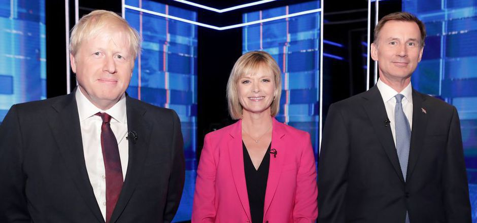 Boris Johnson (l.) und Jeremy Hunt mit Moderatorin Julie Etchingham.