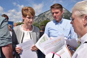 Verfahrensleiterin Regine Hörtnagl (l.) bekam weitere 500 Ansuchen um Parteistellung überreicht.
