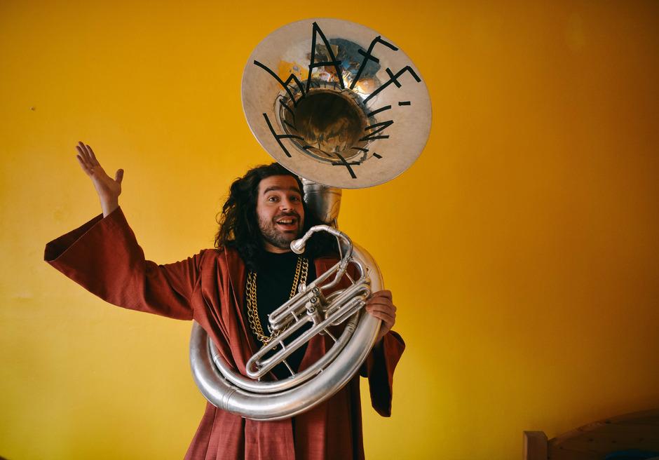 TubAffinity, der Mönch mit der Tuba, eröffnet die New O'Lienz Jazztage 2019.