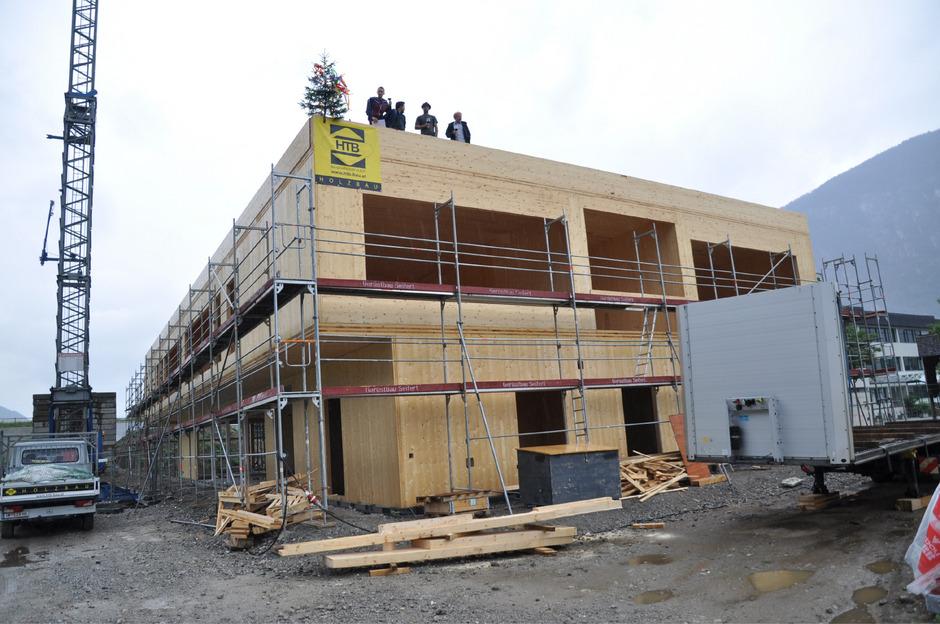 Der Rohbau aus Holz des neuen Kindergartens in Silz wurde zeitgerecht fertiggestellt.
