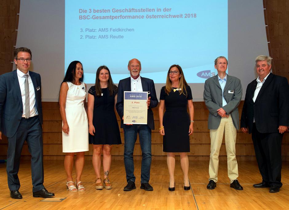 Das erfolgreiche Team des AMS Reutte mit AMS-Vorstand Johannes Kopf (l.), Karin Lutz, Geschäftsstellenleiter-Stv. (2.v.l.), Klaus Witting, Leiter Reutte (4.v.l.) und AMS-Vorstand Herbert Buchinger (r.).