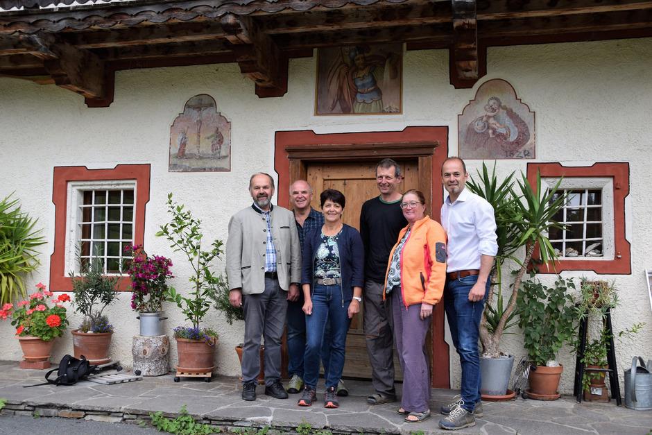 Besuch am Schwentlinghof in St. Johann (v.l.) Bezirksobmann ÖR Josef Heim, Bezirksstellenleiter Johann Bachler, Vizepräsidentin Helga Brunschmid, Familie Rass, LK-Präsident Josef Hechenberger.