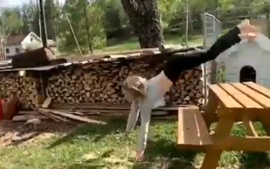 Die Norwegerin Ayla Kirstine springt wie ein Pferd über Hindernisse.
