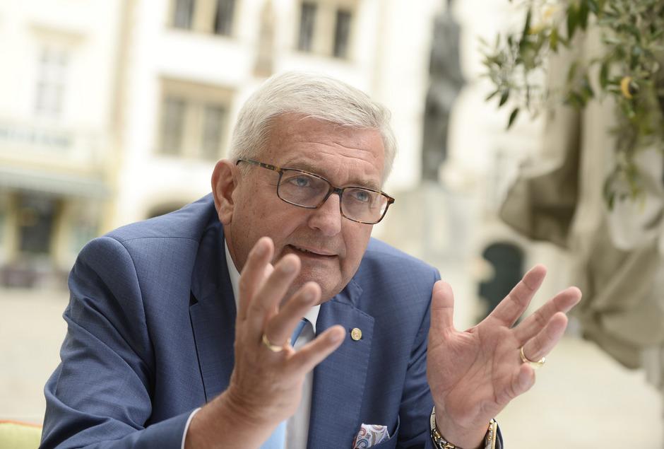 """Seit 2017 steht Bürgermeister Riedl dem Gemeindebund vor. Er beklagt, dass Bund und Länder den Kommunen """"pausenlos zusätzliche Aufgaben und damit Kosten übertragen""""."""