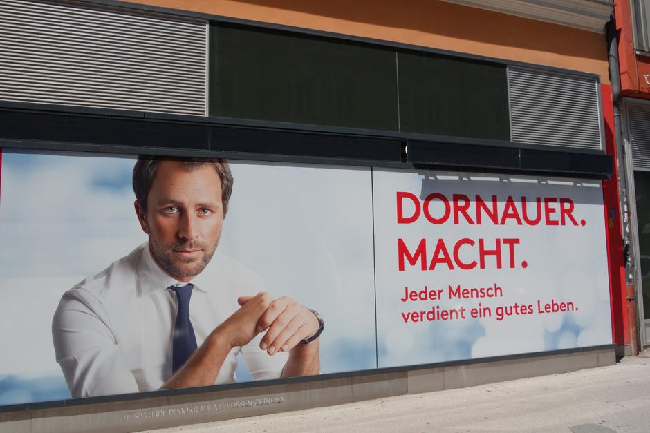 Dornauers Plakat am Parteihaus in Innsbruck sorgt für Irritationen.