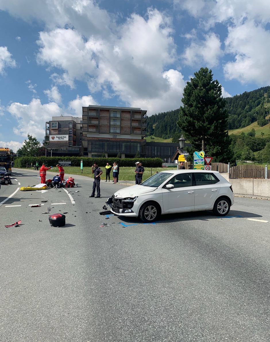 Einsatzkräfte an der Unfallstelle in Jochberg.