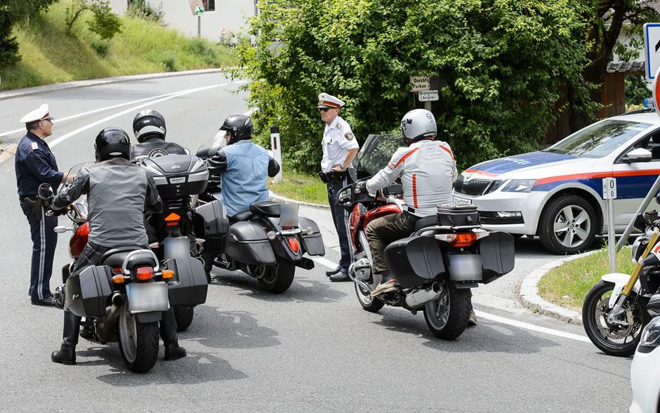 Wer im Transitverkehr über das niederrangige Straßennetz ausweichen will, wird am Wochenende von der Polizei zurück auf die Autobahn geleitet.