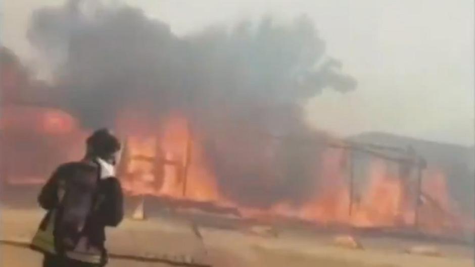 Die Feuerwehr veröffentlichte auf Twitter ein Video von den Löscharbeiten, in dem hohe Flammen und dunkle Rauchschwaden zu sehen waren.