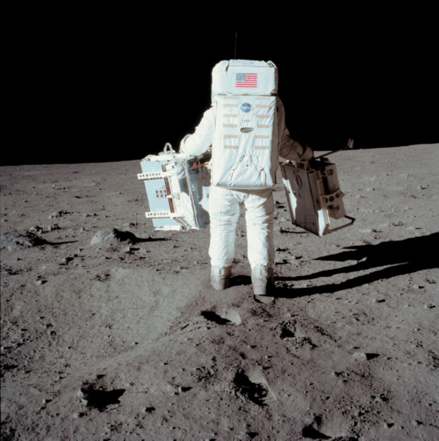 American astronaut Buzz Aldrin on the first lunar ascent. Footprints in the earth with a & # 39 are a clear proof of the conspiracy theorists that the landing on the moon never happened.