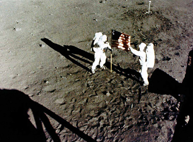 NASA image shows the American astronauts Neil Armstrong and Buzz Aldrin (in fact, Edwin E. Aldrin, Jr.), who set the US flag on the Moon.